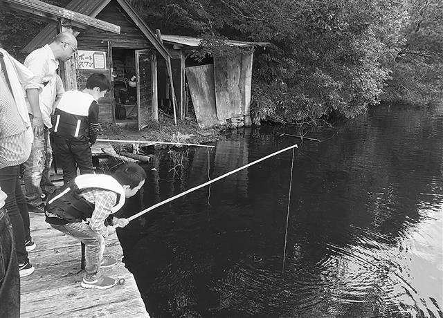 ザリガニ釣りを楽しむ子ども