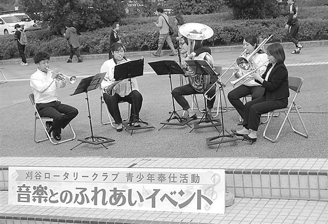 演奏を披露する刈谷音楽協会のメンバー